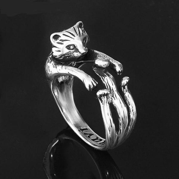 кольцо животные за палец держат