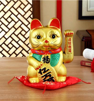 Китайский кот монеко неко машет рукой